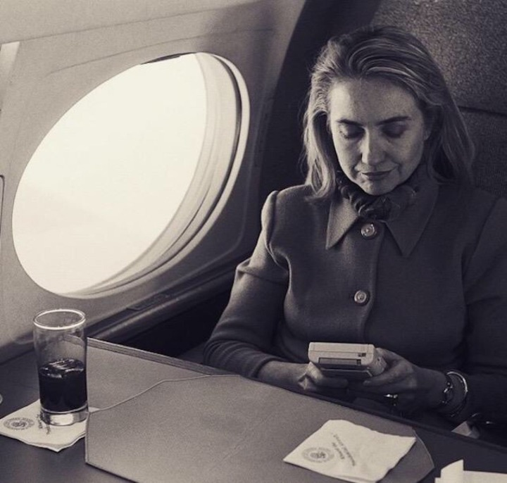 16-hillary-clinton-playing-game-boy-in-1993-720x686