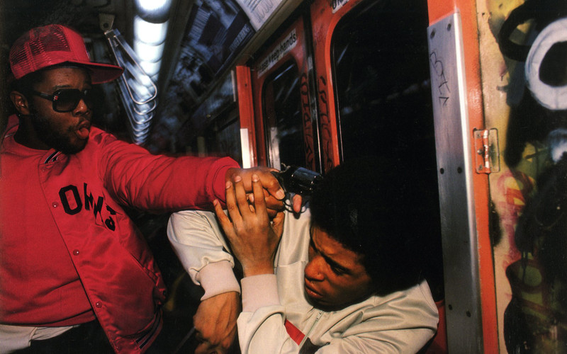 32-an-undercover-police-officer-apprehends-a-mugger-on-the-new-york-city-subway-1980