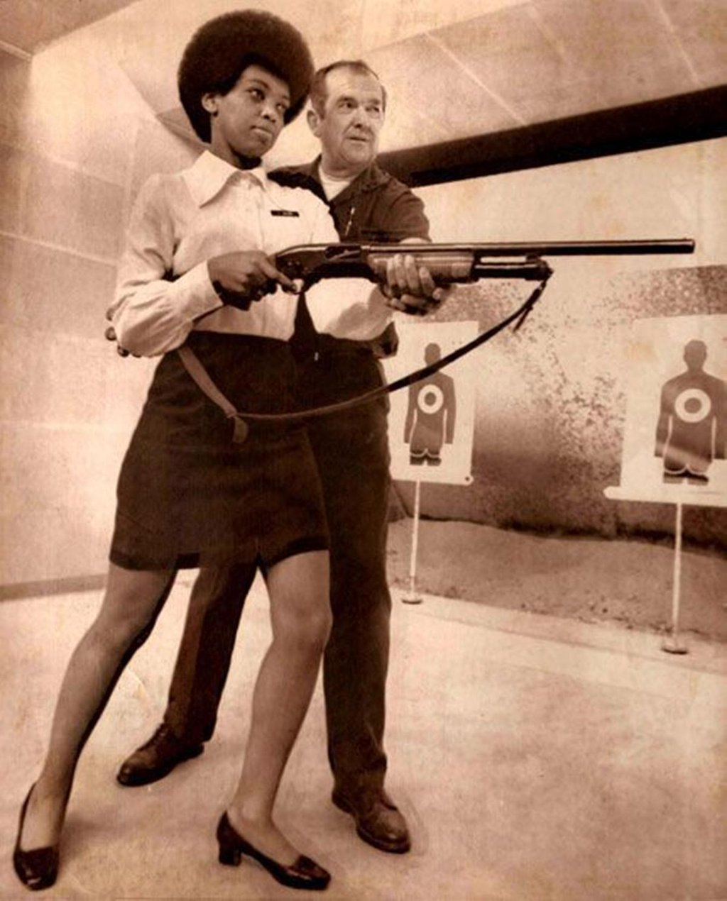 9-saundra-brown-the-first-black-woman-on-the-oakland-police-force-gets-instructions-on-how-to-shoot-a-shotgun-1970