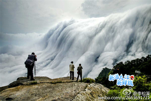 A great waterfall was formed in the mountain. (Image: Weibo.com)