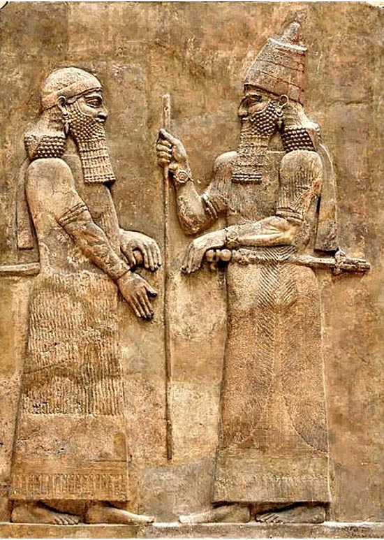 King Sargon II (right) and a high dignitary. Phrygian King Midas is believed to have been both an enemy and a friend to Sargon II. Bas-relief of the wall of the palace of Sargon II in Dur Sharrukin, Assyria. (716-713 BC.). Louvre, Paris. (Public Domain) Vua Sargon II (phải) và một viên chức sắc. Người ta tin rằng vua Phrygia vừa là kẻ thù vừa là một người bạn của vua Sargon II.