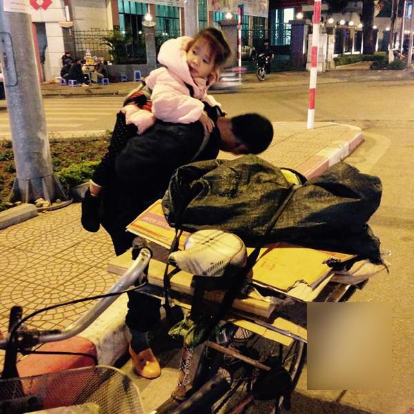 Địu con trên lưng, hai bố con rong ruổi trên chiếc xe đạp cũ để tìm kiếm chai lọ bán đồng nát
