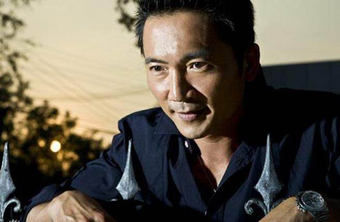 Năm 20 tuổi, anh đến Hồng Kông để phát triển sự nghiệp. Và chính thức nhận Hồng Kim Bảo làm thầy. (Ảnh: Sina Entertainment)
