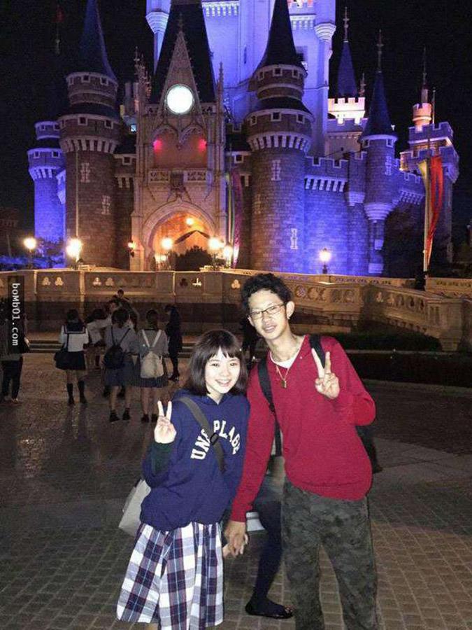 Bức ảnh lan truyền trên mạng: Chàng trai đang nắm tay ai tại Tokyo Disney? (Ảnh: Internet)