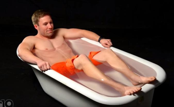 Sẽ ra sao nếu bạn tắm trong bồn chứa 226 kg thủy tinh lỏng? (Ảnh: Youtube)