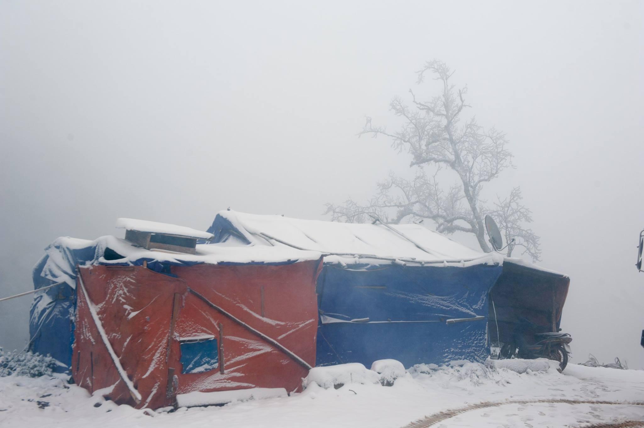 Những lán trại ở tạm của công nhân mỏng manh trong tuyết, trên đỉnh núi cao nhất dãy Trường Sơn. (Ảnh: Facebook Cường Nguyễn)