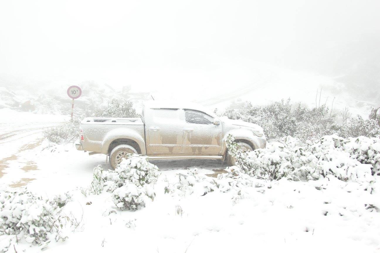 Đỉnh Puxailaileng cao 2.711 m, chỉ đứng sau đỉnh Phan Xi Pang cao 3.143 m. Ông Bùi Trầm, Chủ tịch huyện Kỳ Sơn (Nghệ An) cho biết trên Vnexpress, tuyết bắt đầu rơi tại đây từ ngày 24/1, khi nhiệt độ xuống khoảng -2 độ C. (Ảnh: Facebook Bằng Trần)