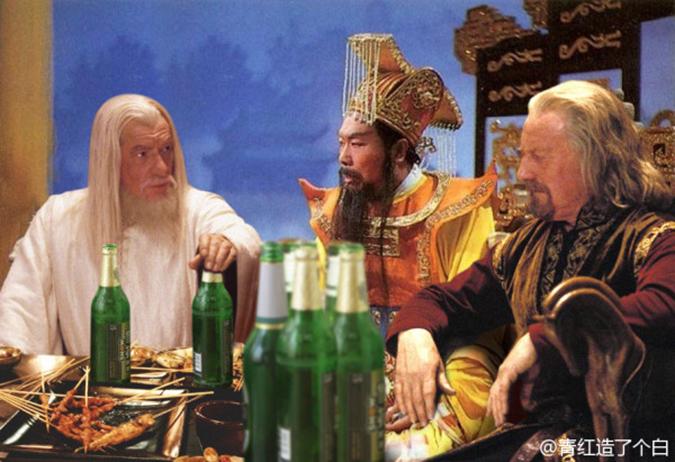 Cuộc nói chuyện của Gandalf, Ngọc Hoàng Thượng Đế và Vua Theoden sôi nổi hơn nhờ có thêm vài chai bia. (Ảnh: Weibo.com)