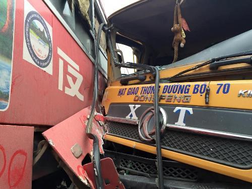 Xe tải đâm xe khách, 2 nhà xe xông vào đánh nhau náo loạn quốc lộ - Ảnh 1
