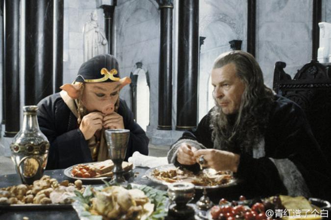 Trư Bát Giới ăn uống trong cung điện với Denethor. (Ảnh: Weibo.com)
