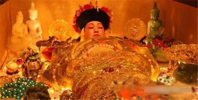 Khi những binh sĩ của Tôn Điện Anh mở nắp quan tài của Từ Hy Thái Hậu, được biết toàn cơ thể của bà vẫn không hề bị thối nát. (Ảnh: Headlines)