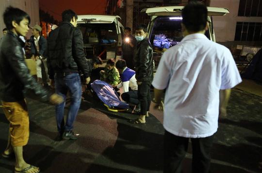 Xe cấp cứu đưa nạn nhân trong vụ tai nạn ở công trình khách sạn Royal Lotus đến bệnh viện - Ảnh: CTV