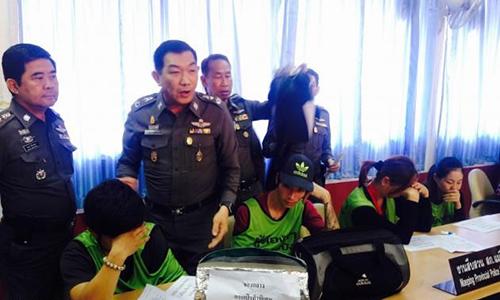 Các nghi phạm bị bắt vào tháng 4/2015 bị phát hiện ăn trộm đồ hiệu. Gồm 3 nữ và hai nam có độ tuổi 24-39, bị bắt cùng 64 tang vật ăn trộm – (Ảnh: thenation.com)