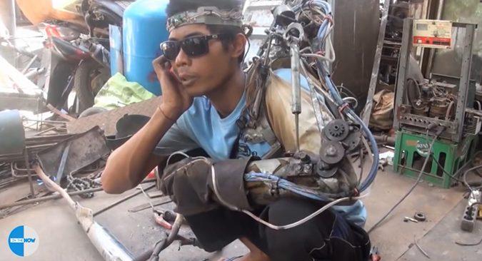 """Người đàn ông Indonesia """"tự nhận"""" chế tạo thành công cánh tay robot điều khiển bằng sóng não"""