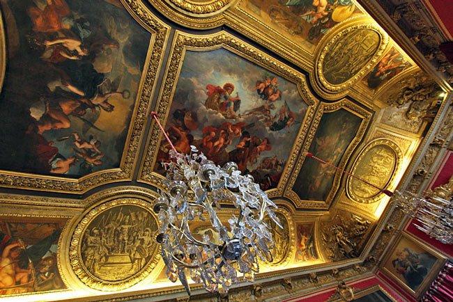 Trần cung điện lộng lẫy với những bức họa thần thánh