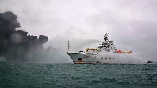 Tàu cứu hỏa Trung Quốc dập đám cháy ở tàu dầu Iran (Ảnh: Getty).