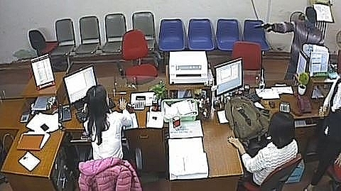 """""""Quả bom iPhone"""" dẫn đường tìm bắt kẻ cướp ngân hàng ở Bắc Giang"""