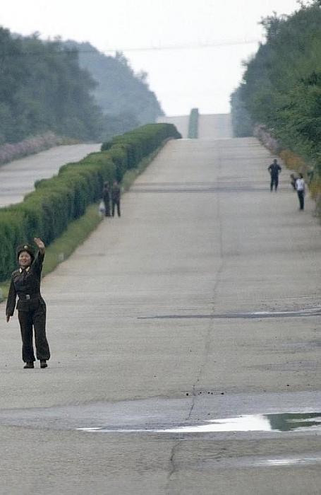 Giao thông công cộng đi lại giữa các thành phố hầu như không có. Người dân muốn đi từ nơi này đến nơi khác phải được phép. Trong bức ảnh này, bạn có thể nhìn thấy người lính đưa tay vẫy xe trên xa lộ.