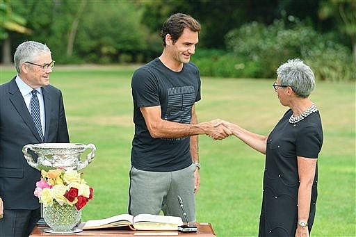 Federer khoe cúp vô địch ở dinh thự thủ hiến bang Victoria