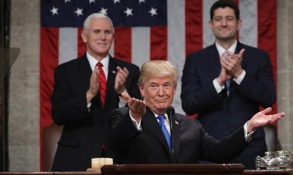 Tổng thống Donald Trump đọc thông điệp tại Đồi Capitol. Phía sau là Phó tổng thống Mỹ Mike Pence và Chủ tịch Hạ viện Paul Rean