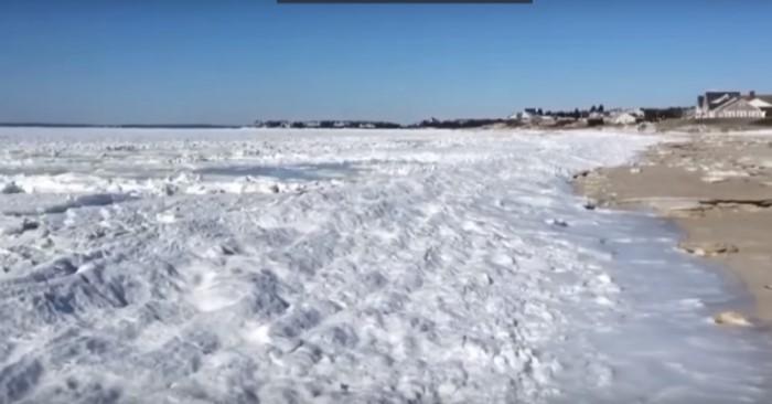 Bãi biển đóng lớp băng dày.