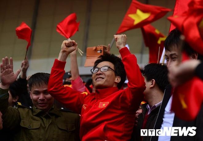 Phó Thủ tướng Vũ Đức Đam hô vang tên cầu thủ U23 Việt Nam sau trận đấu