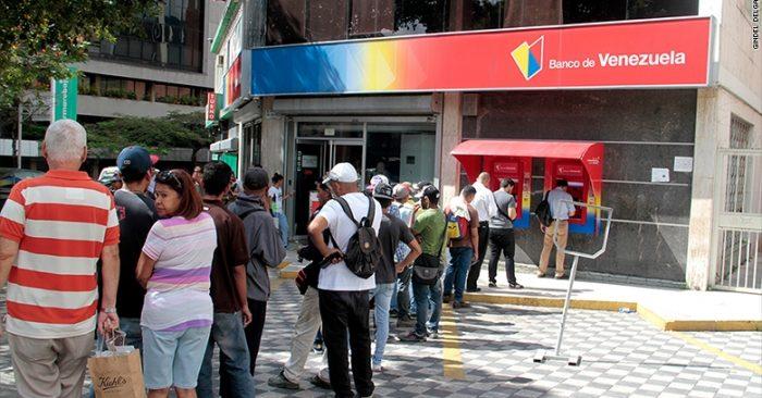 Xếp hàng 4 giờ, chạy qua 4 ngân hàng không rút nổi 1 USD ở Venezuela