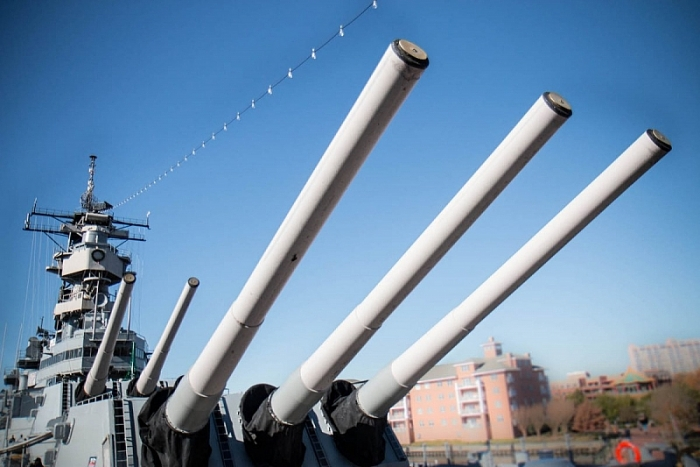 Dàn 9 đại pháo trên USS Wisconsin. (Ảnh US Navy)