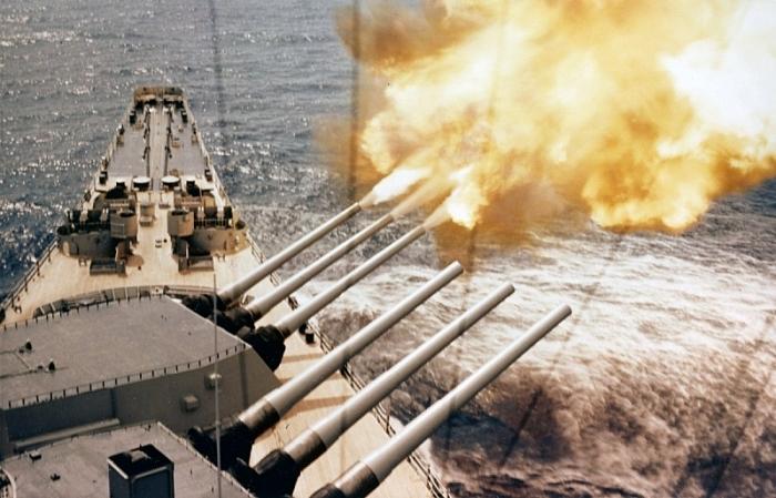 USS Wisconsin khai hỏa những khẩu súng 410 mm trong chiến tranh Triều Tiên. (Ảnh US Navy)