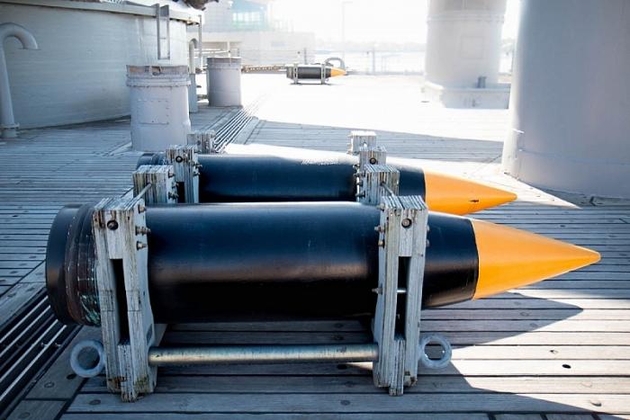 Đây là hai trong số những viên đạn loại 1224 kg trên Wisconsin. (Ảnh US Navy)