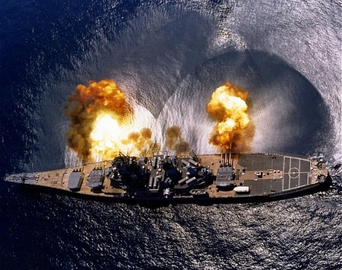 USS Iowa khai hỏa năm 1984. (Ảnh US Navy)