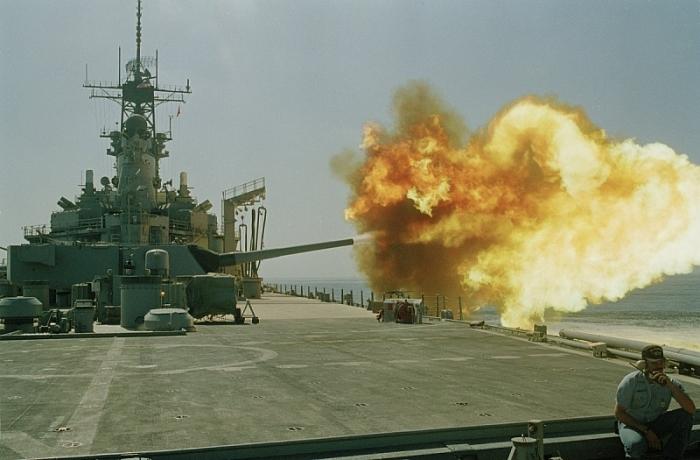 Những phát bắn vô cùng uy lực. (Ảnh US Navy)