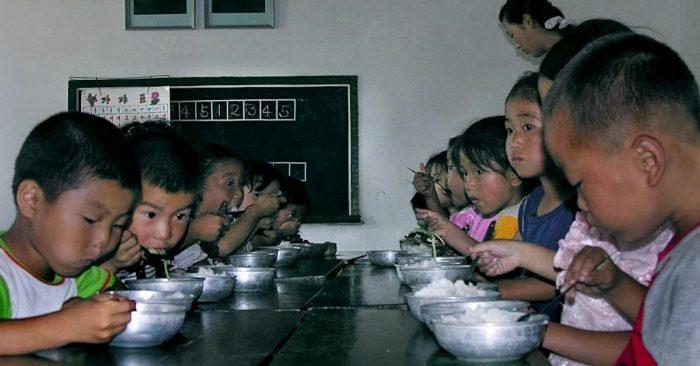 Cuộc sống của trẻ em trong các trường mẫu giáo công lập tại Triều Tiên (Ảnh: AP).