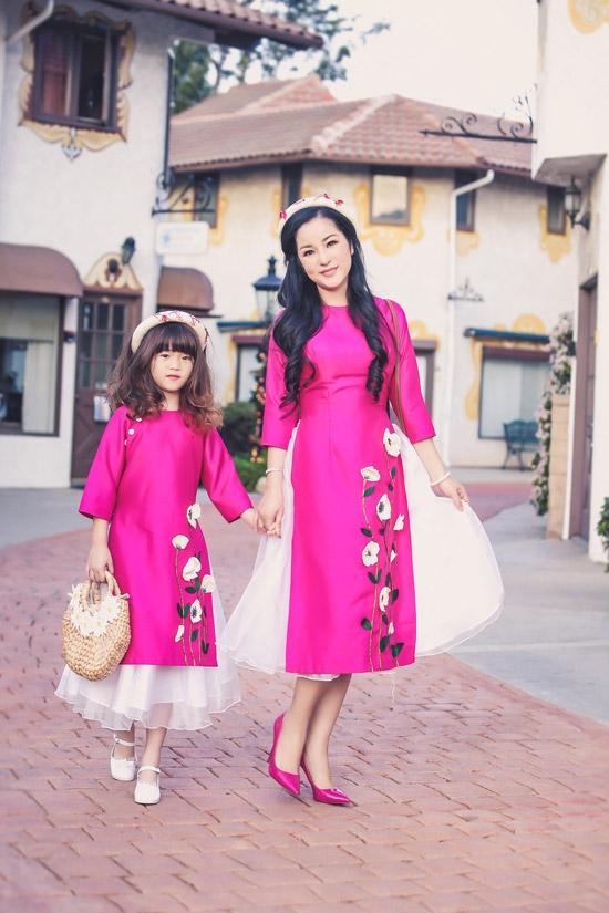Danh hài Thúy Nga cùng con gái diện áo dài đôi đón xuân