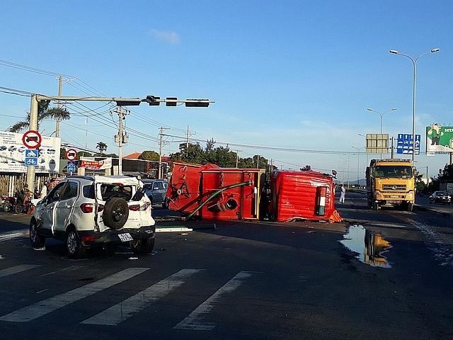 Xe cứu hỏa gây tai nạn liên hoàn, lật giữa đường khi đi chữa cháy