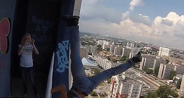 chàng trai trèo lên lan can tầng 23