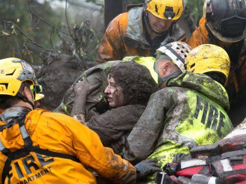 Một người phụ nữ được giải cứu tại Montecito (Ảnh: Kenneth Song/Santa Barbara News-Press, via Reuters)