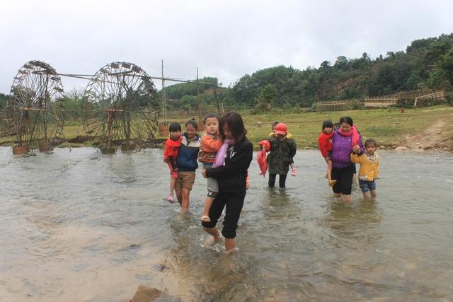 Học sinh lội suối trong giá lạnh dưới 10 độ để đến trường