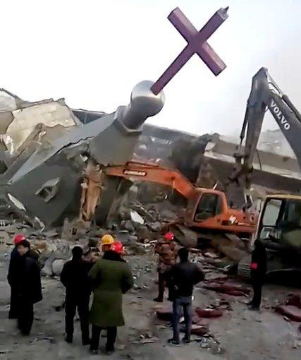 Các nhà chức trách đã sử dụng chất nổ và máy móc hạng nặng để phá hủy Protestant. (Ảnh: AP)