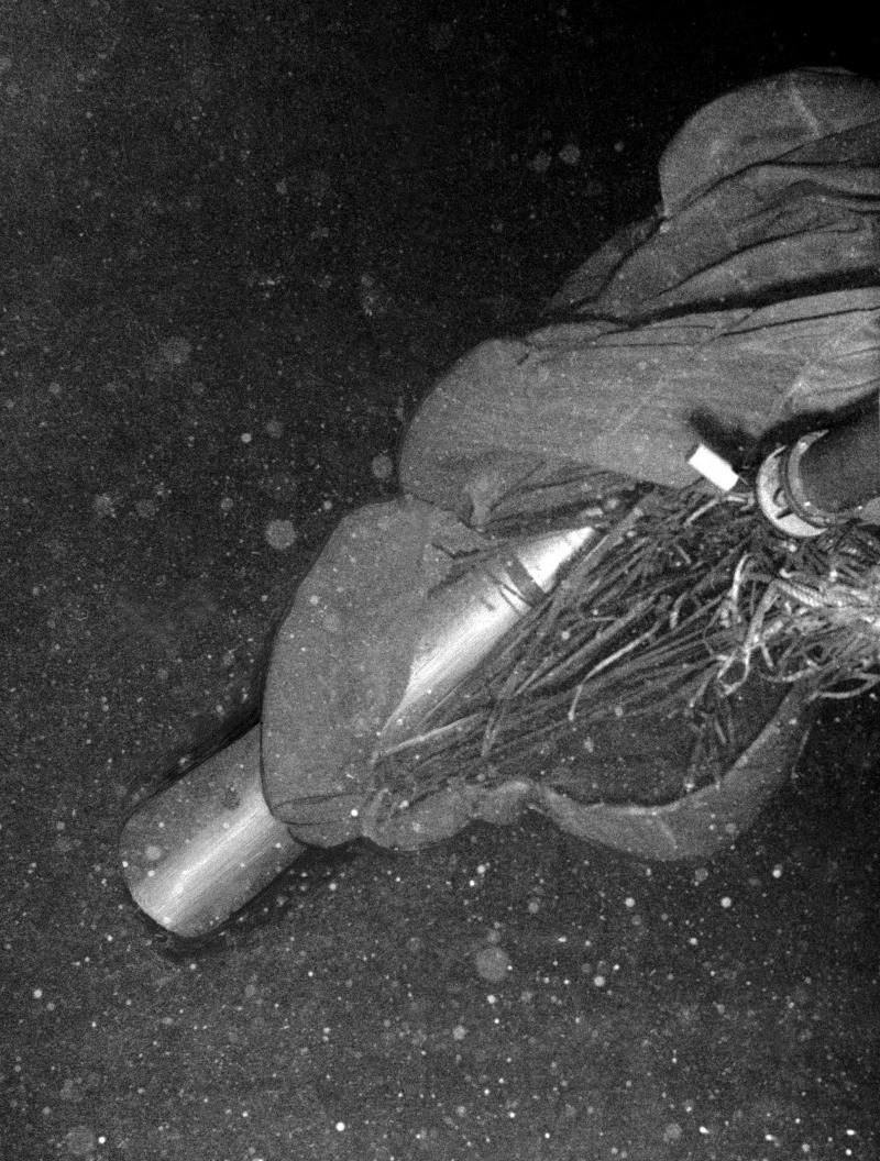 Quả bom thứ 4 được Mỹ kéo lên từ đáy biển vào tháng 4/1966 nhưng tất cả chất phóng xạ hạt nhân đã ngấm sâu vào đất và nước. (Ảnh: Politica)