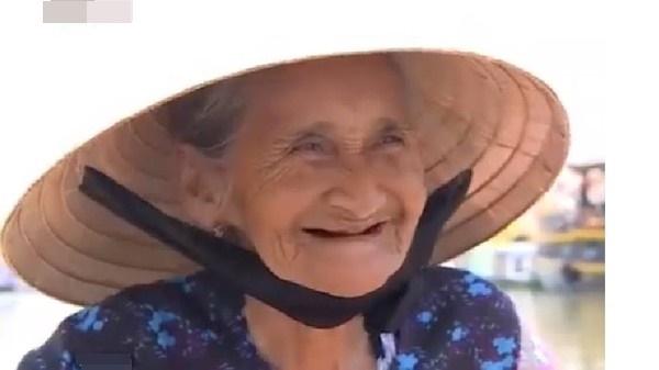 Ảnh chân dung 'Cụ bà Việt đẹp nhất thế giới' được bán gần 700 triệu đồng