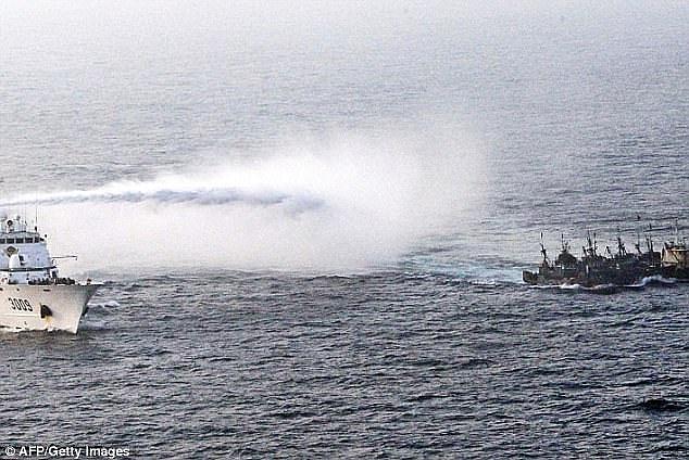 Tàu Hàn Quốc cảnh cáo tàu cá Trung Quốc. (Ảnh: AFP)