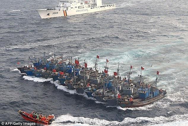 Lượng lớn tàu cá Trung Quốc dàn hàng ngang tiến vào vùng biển Hàn Quốc trái phép. (Ảnh: AFP)