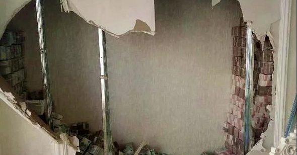 Tiền được phát hiện chật ních trong bức tường (Ảnh: QQ News).