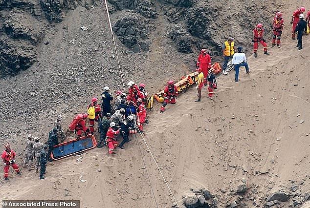 Công tác cứu hộ gặp nhiều khó khăn. (Ảnh: AP)