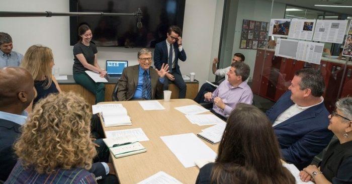 Bill Gates, biên tập viên khách mời đầu tiên trong lịch sử 94 năm của TIME, gặp gỡ với nhân viên xuất bản. (Ảnh: Time)