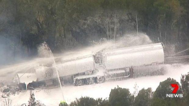 Lực lượng chữa cháy dập tắt ngọn lửa trên chiếc xe chở dầu (Ảnh: SMH)