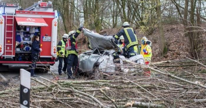 Các nhân viên cứu hộ đang bận rộn tại nơi xảy ra một cơn bão ở Moers, miền Tây nước Đức