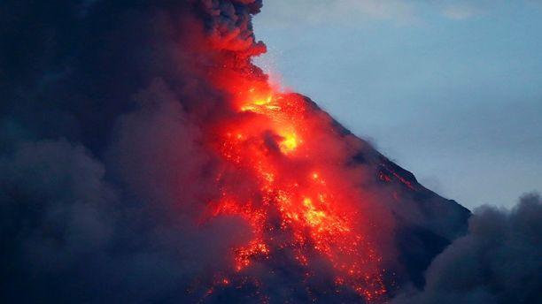 Núi lửa Mayon phun