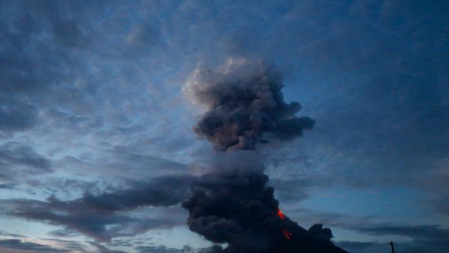 Núi lửa Mayon đã phun dung nham cao tới 600 mét và tro bụi của nó kéo dài tới 5 km. (Ảnh: Fox News)